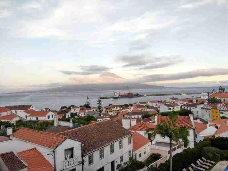Da Ilha do Faial avista-se o Pico. A Marina da Horta em frente.