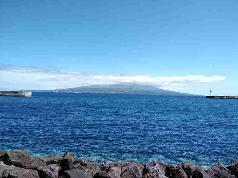 Ilha do Faial e a Ilha do Pico do outro lado do canal. Os Capelinhos.