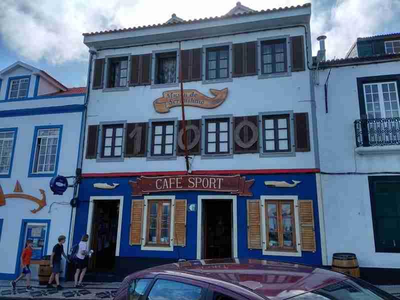 Peter Café Sport em frente à Marina da Horta
